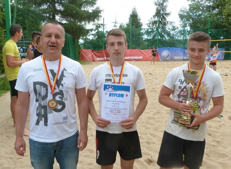 """Chłopcy z """"Grottgera"""" zdobywają Mistrzostwo Powiatu w Siatkówce Plażowej"""