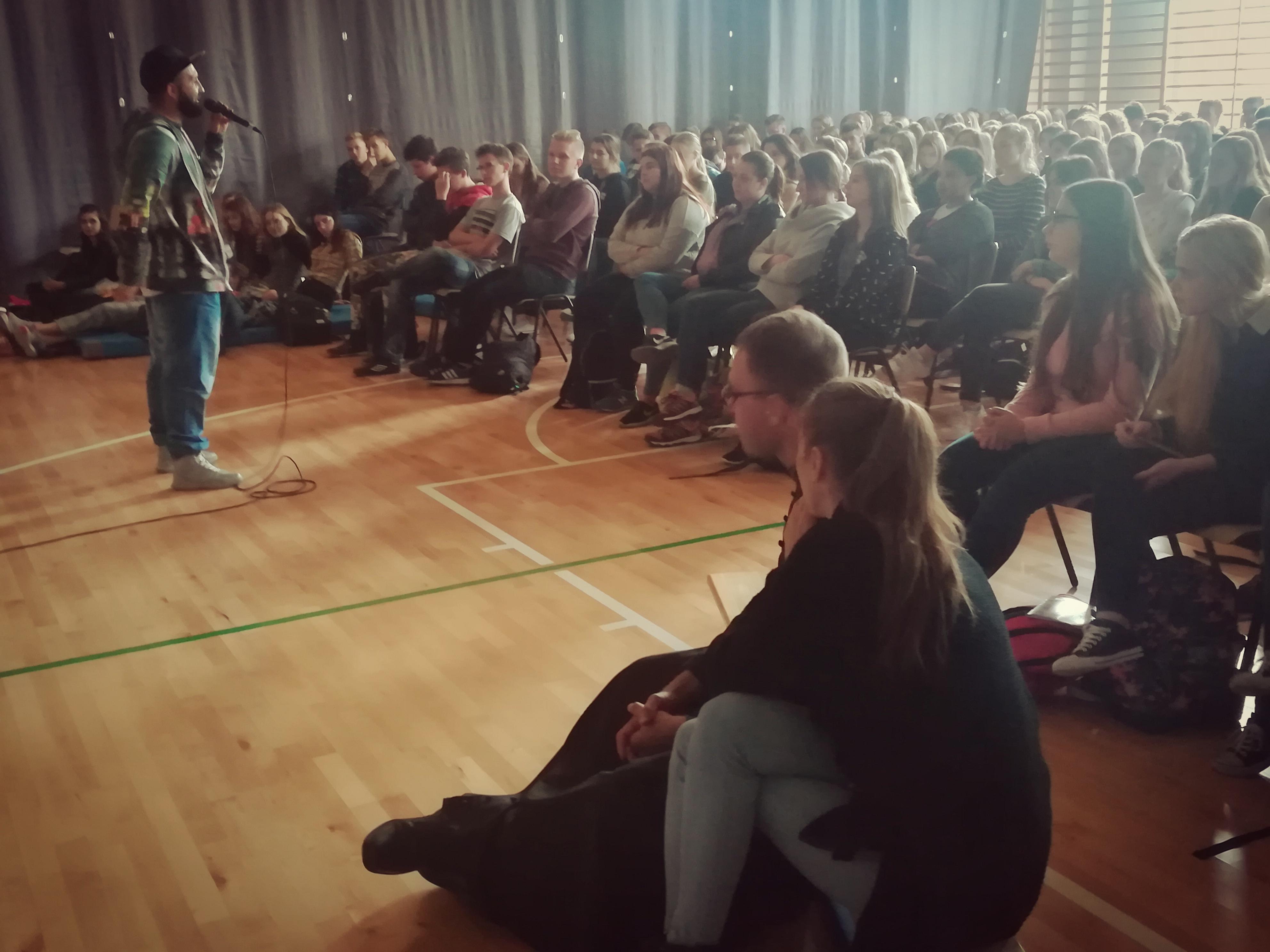 Raper Arkadio przekonuje licealistów, aby żyli z pasją