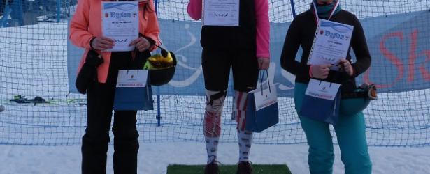 Dziewczęta na podium w zawodach w narciarstwie alpejskim