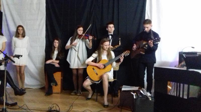 Świąteczne muzykowanie licealistów