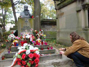 Jacek Waz przy grobie Marii Konopnickiej
